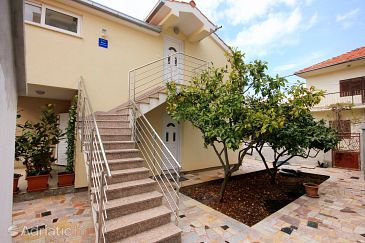 Property Vinišće (Trogir) - Accommodation 10008 - Apartments near sea with pebble beach.