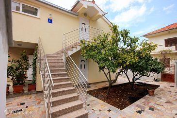 Property Vinišće (Trogir) - Accommodation 10008 - Apartments near sea with pebble beach.