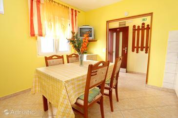 Karbuni, Dining room u smještaju tipa apartment, dostupna klima i WIFI.