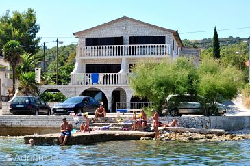 Slatine, Čiovo, Property 1134 - Apartments and Rooms blizu mora with pebble beach.