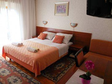 Lovran, Sypialnia u smještaju tipa room, dostupna klima i WIFI.