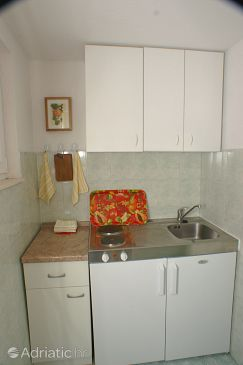 Podaca, Kitchen u smještaju tipa studio-apartment.