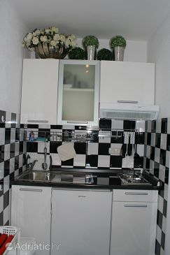 Promajna, Kitchen u smještaju tipa studio-apartment.