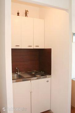 Orebić, Kitchen u smještaju tipa studio-apartment, dopusteni kucni ljubimci i WIFI.