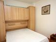 Duće, Bedroom u smještaju tipa studio-apartment, dopusteni kucni ljubimci i WIFI.