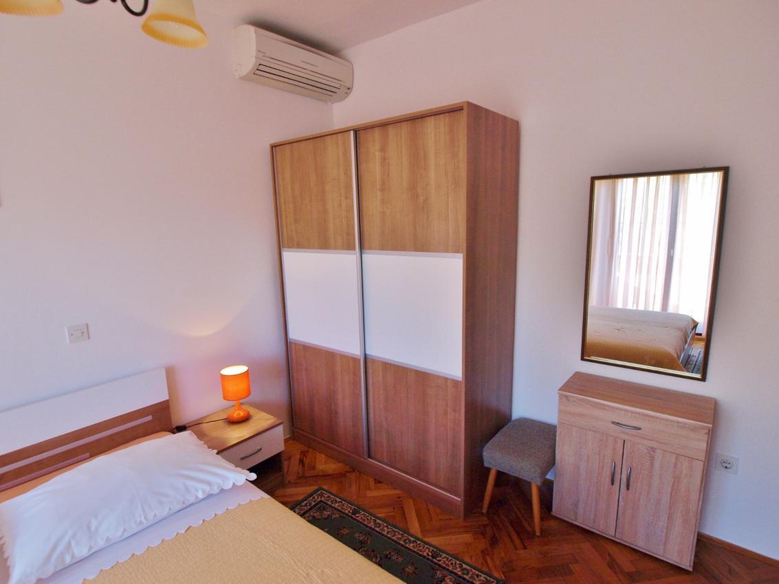 Apartmány s parkoviskom v meste Supetarska Draga - Donja - 4954
