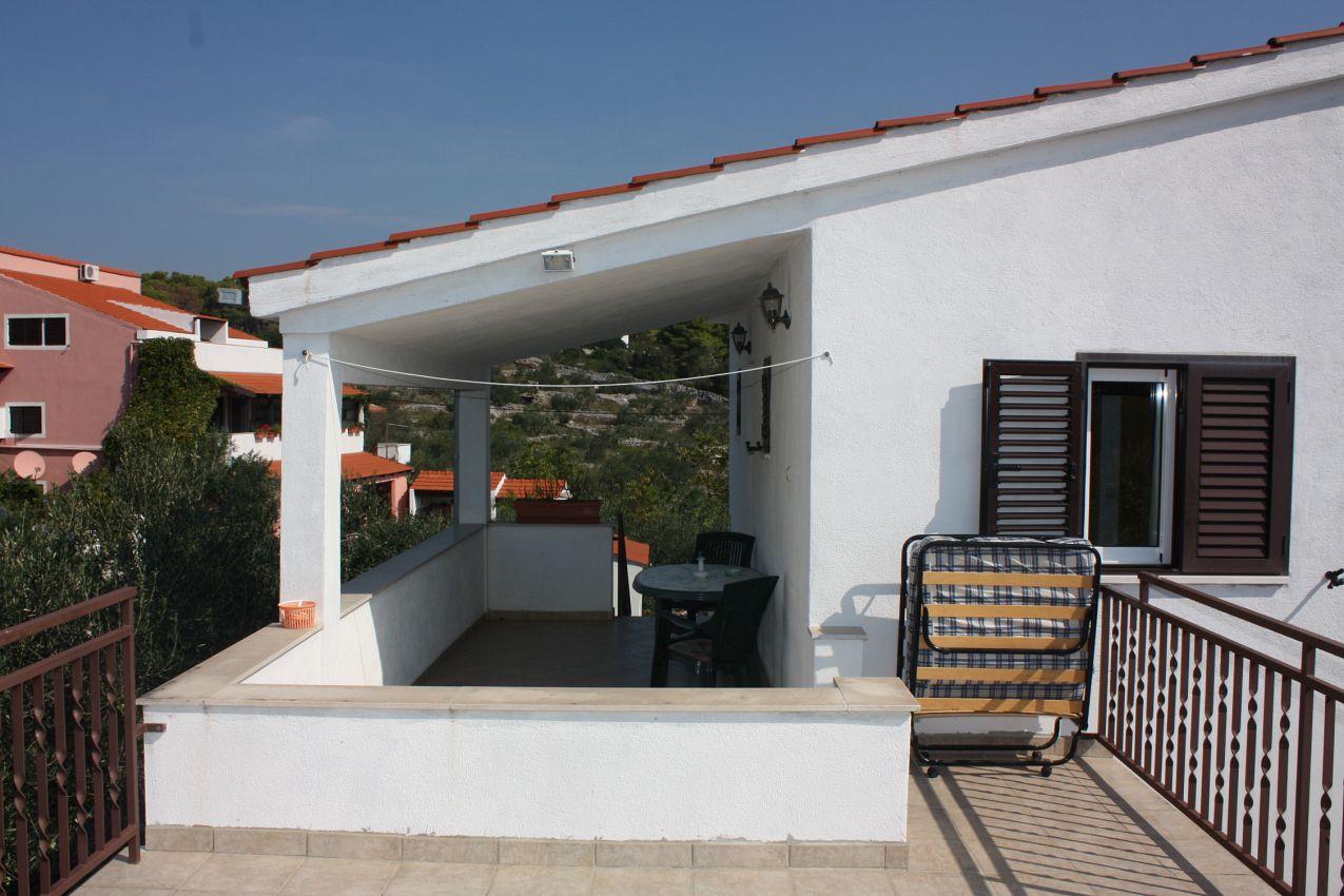 Apartmány s parkoviskom v meste Maslinica - 5184