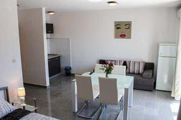 Biograd na Moru, Dining room u smještaju tipa studio-apartment, dostupna klima, dopusteni kucni ljubimci i WIFI.