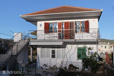 Property Vinišće (Trogir) - Accommodation 5967 - Apartments near sea with rocky beach.