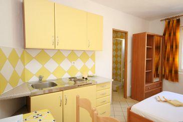 Pag, Kitchen u smještaju tipa studio-apartment, dopusteni kucni ljubimci i WIFI.