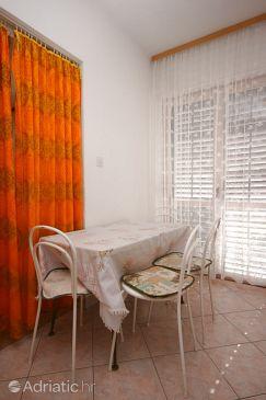 Baška Voda, Dining room u smještaju tipa studio-apartment, WIFI.