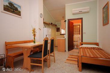 Fažana, Dining room u smještaju tipa studio-apartment, dostupna klima i WIFI.