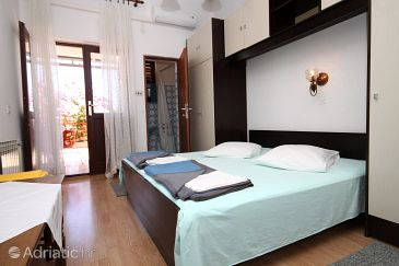 Room S-9128-a - Apartments and Rooms Makarska (Makarska) - 9128