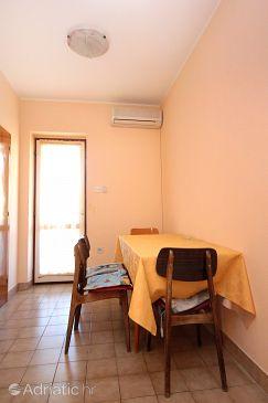 Stara Novalja, Dining room u smještaju tipa apartment, dostupna klima i WIFI.