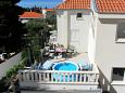 Promajna, Makarska, Courtyard 9404 - Apartments with pebble beach.
