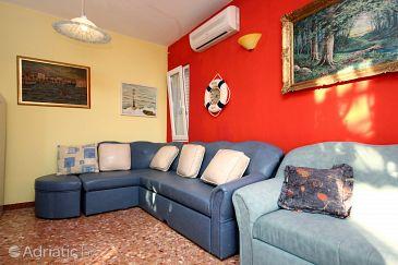 Seget Vranjica, Living room u smještaju tipa house, dostupna klima, dopusteni kucni ljubimci i WIFI.