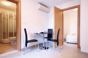 Seget Vranjica, Dining room u smještaju tipa apartment, dostupna klima, dopusteni kucni ljubimci i WIFI.