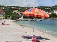 Der Strand  im Ort  Poljica, Trogir.